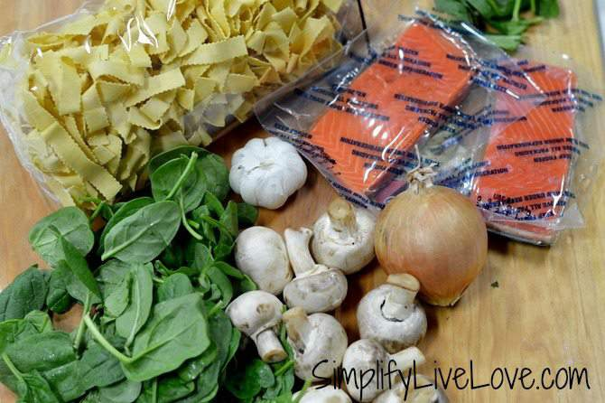 Cheesy salmon pasta with spinach & mushrooms - ingredients