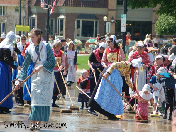 washing the street pella tulip time