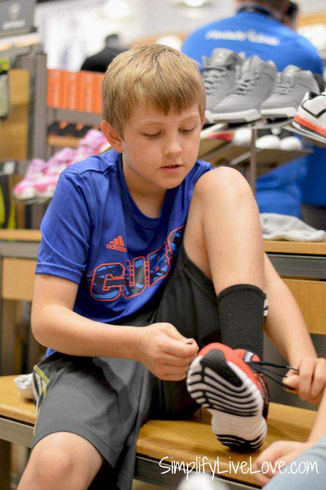 Even Homeschooled Kids Get New B2S Twistform Shoes #Twistform #IC #ad from SimplifyLiveLove.com Trying on new shoes at Finish Line store