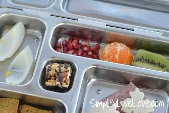 Real Food Bento Box Ideas - for mess free snacking in the car. from SimplifyLiveLove.com #Arla101 #sp