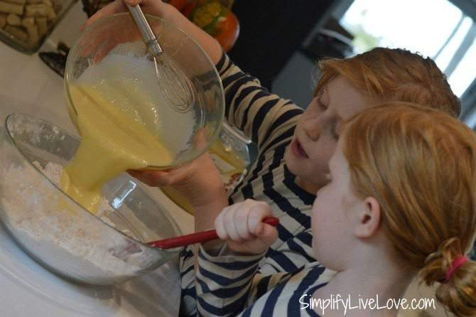 Cooking with Kids - Mini Applesauce Muffin Recipe - easy recipe to make with kids from {SimplifyLiveLove.com}