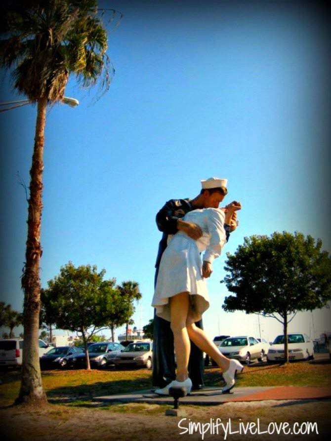 unconditional-surrender-sarasota-sailor-statue