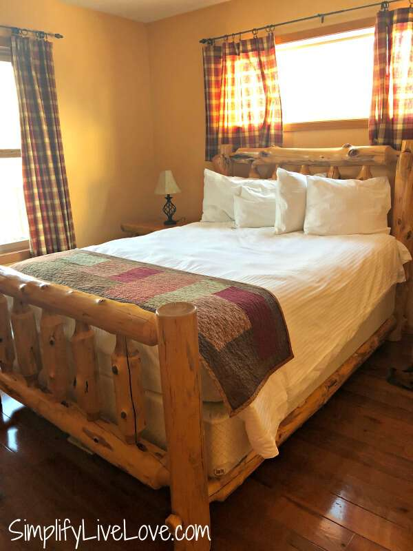 luxurious bedroom at Red Cedar Lodge